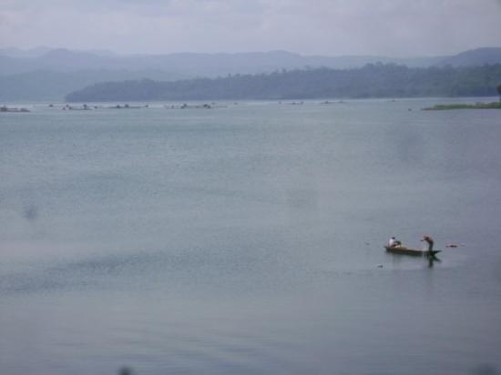 Wonosobo, อินโดนีเซีย: menjaring di waduk