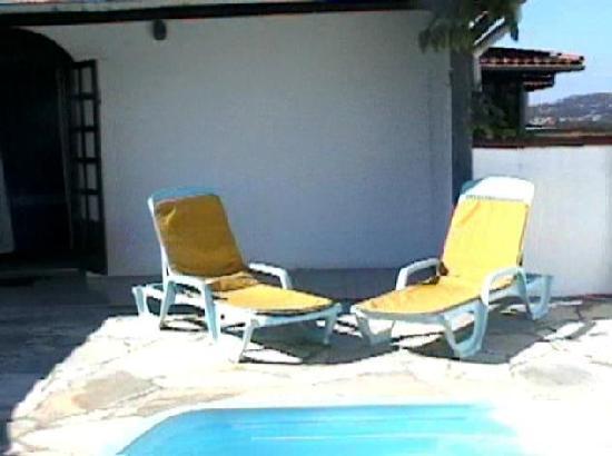 Nova Villa Tortuga: terraza de 10 x 5 m. aprox con picina , mesa y sillas platicas y reposeras privadas