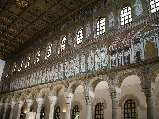 Basilica di Sant'Apollinare Nuovo: 貢物を手にした26人の殉教者が、テオドリック王の宮殿からキリストのもとに向かう図