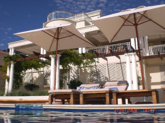 Compass House Boutique Hotel: Blick vom Pool auf das Haus