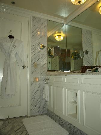 Marble bathroom with 2 sinks - Picture of Fairmont Orchid