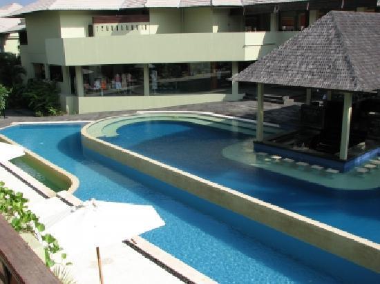 The Breezes Bali Resort & Spa: beautiful pool with swim-up bar
