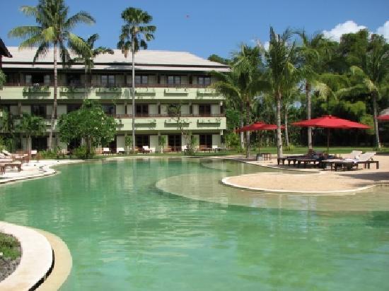 The Breezes Bali Resort & Spa: beautiful pool with nice fake sandy beach