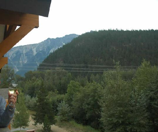 Pemberton Valley Lodge: Standing on the edge of Pemberton Lodge room balcony and leaning out view