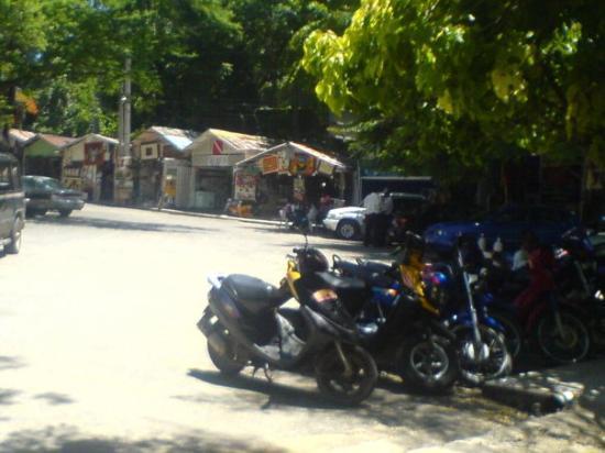 Sosua, République dominicaine : Sousa. Vor dem Strand. Die Moto-Taxis(Motoconchos) und die Strandbuden im Hintergrund.