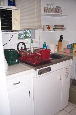 White Lamb Cottages : Small kitchen--no stove