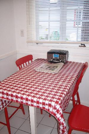 White Lamb Cottages: Small table for 4