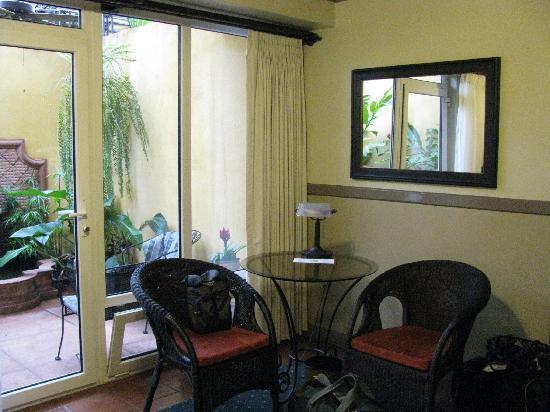 Hotel Grano de Oro San Jose: Table, with patio in background.