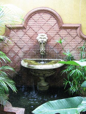 Hotel Grano de Oro San Jose: Lovely fountain with fish.