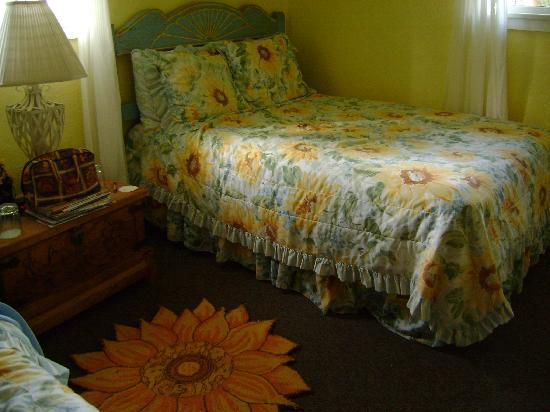 Jemez Mountain Inn: the bed! I'm on it right now!! :D