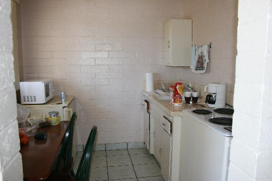 Stanlunds Inn and Suites: Kitchen/Breakfast table