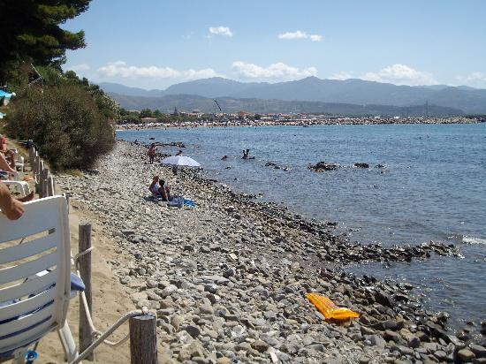 Casal Velino, Italië: Il percorso accidentato per raggiungere la spiaggia libera del porto