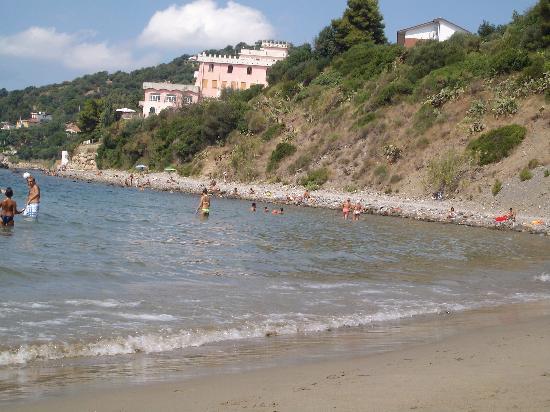 Casal Velino, Ιταλία: La spiaggia libera del porto e, in lontananza, il villaggio Hydra