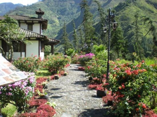 Samari Spa Resort: Pathway to our cabin room