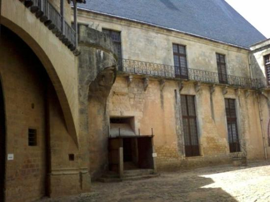 Cour intérieur du niveau supérieur (par rapport à la chapelle) Biron