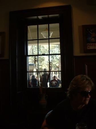 Windsor, Austrália: In the pub. Bikies in the background, Mum in the foreground.