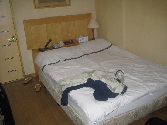 New Boolim Tourist Hotel : 私服をベットにおいてすみません