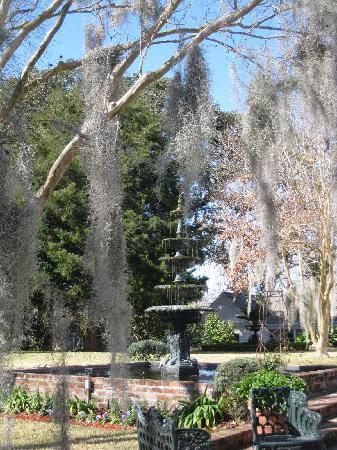 Historic Oak Hill Inn: Fountain in the back