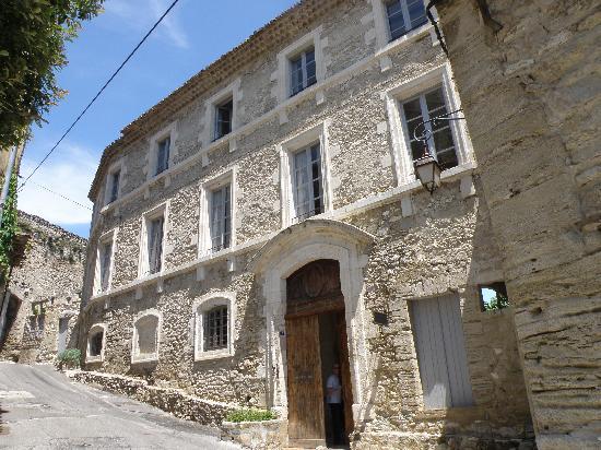 Entrance to Le Posterlon