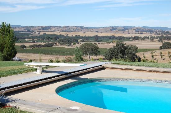 Desperado Inn : The pool with hilltop view