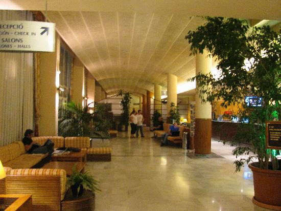 H.TOP Platja Park: Front of hotel at night