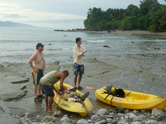 Casa Bambu Resort: Preparing for a morning Kayak fishing trip