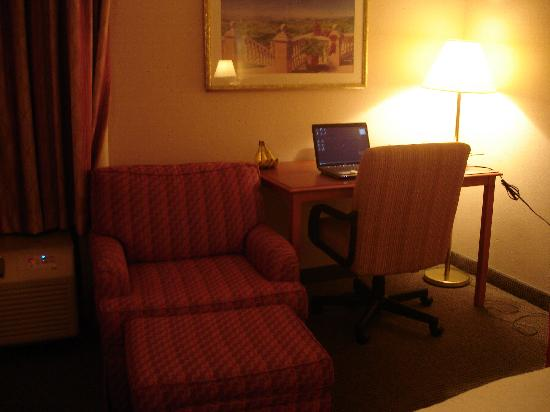 Hampton Inn Champaign/Urbana: chair/desk area