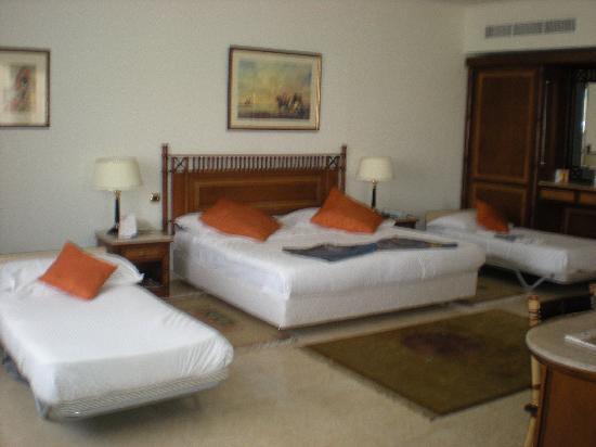 Maritim Jolie Ville Royal Peninsula Hotel & Resort : chambre pour 3 adultes et 1 enfant
