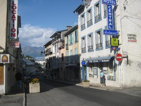 Logis Le Central Hôtel & Restaurant : Mountains at the end of the road