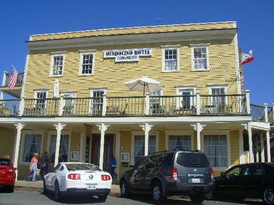 Mendocino Hotel and Garden Suites: Front of Mendocino Hotel & Gardens