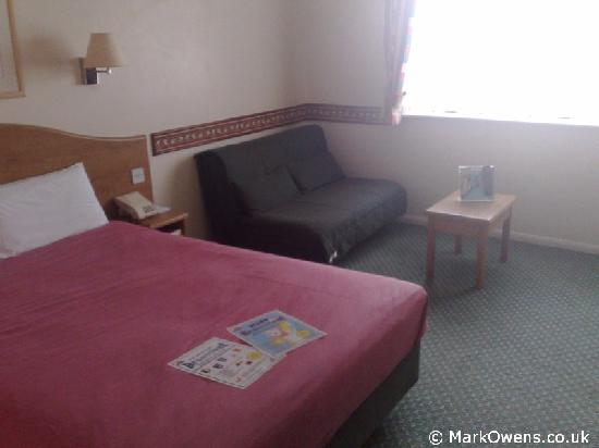 Days Inn Michaelwood M5: Days Inn Room