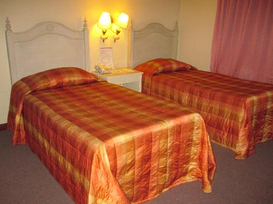 Hotel Veniz: Twin sharing beds during the Sept. 2009 promo (Php 1,190)