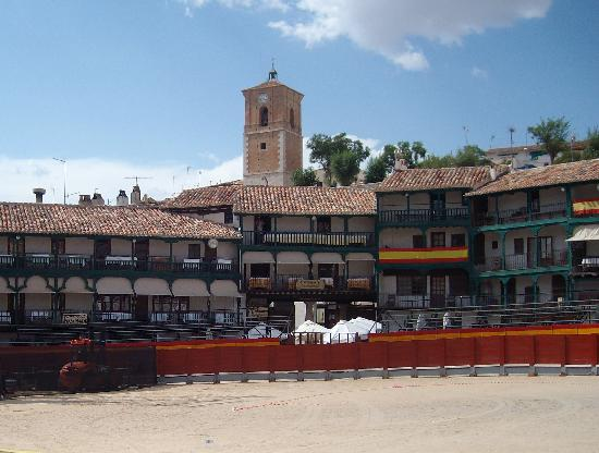 Parador de Chinchon: chinchon plaza ready for fiesta