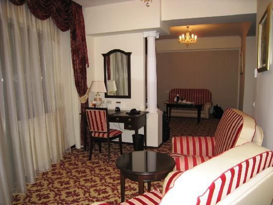 Hilton Sibiu: Livingroom/office