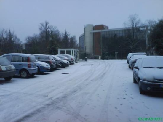 Ibis Budget Velizy: Outside the ETap Hotel at Christmas