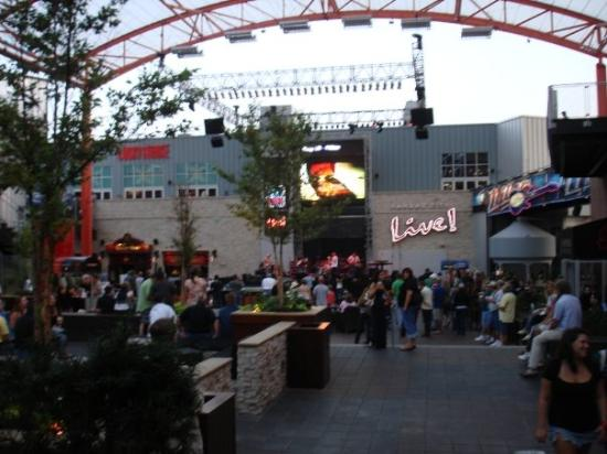 Kansas City, MO : Power and Light District.... open air free concert ...