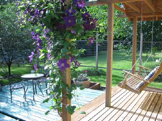 Country Cottage of Langley: Side porch