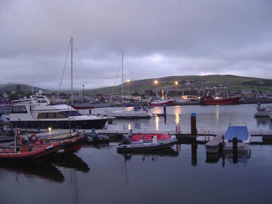 Dingle's First Cottage by the Sea: Dingle Harbour am Abend