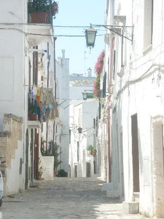 Ostuni, Italie : Tipico vicolo della città vecchia