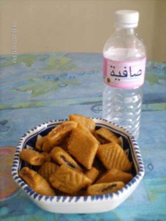 La Marsa, Tunisia: Makroud et eau tunisienne