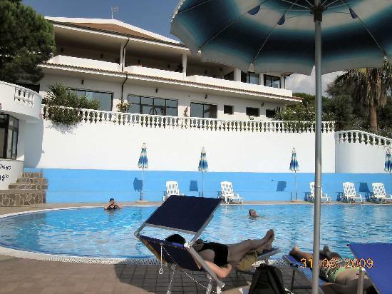 Hotel Villaggio Pineta Petto Bianco: relax in piscina