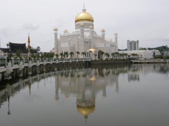 Sultan Omar Ali Saifuddin Mosque: The Omar Ali Saifuddien Mosque