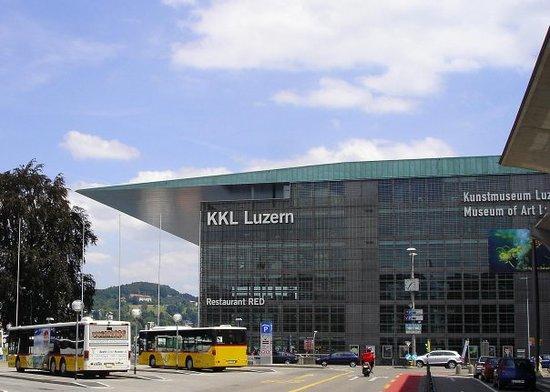 KKL Luzern - Lucerne Culture and Convention Centre : KKL Kultur und Kongresszentrum Luzern, edificio in vetro e acciaio progettato dall'architetto fr