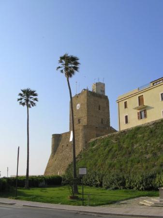 Termoli, Italia: Castello Svevo e mura del borgo vecchio