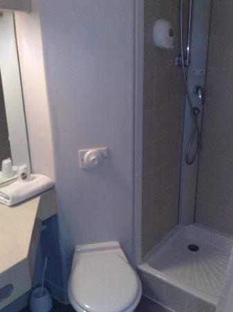 B&B Hotel Chambery La Cassine : salle de bain