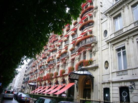 Hôtel Plaza Athénée : Hotel Plaza Athenee 從Champs-Elysées的圓環往塞納河方向走,在CD的對面。很喜歡她非常巴黎外觀。
