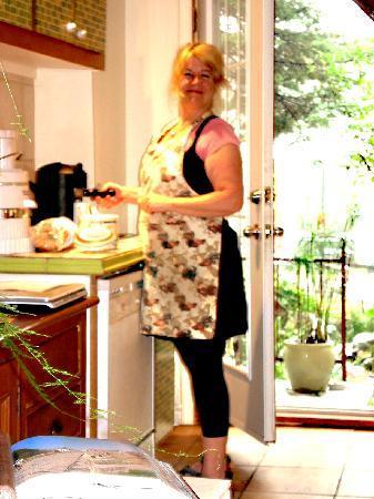 B & B Marie Anne Garnier: Joane in kitchen