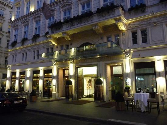 The Ring Hotel : Façade, restaurant à gauche, bar à droite.