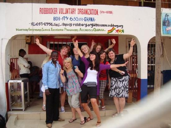 África: Volunteers having fun infront of R.V.O Volunteer Office