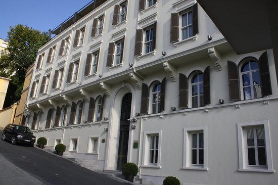 Tomtom Suites: entrada al hotel